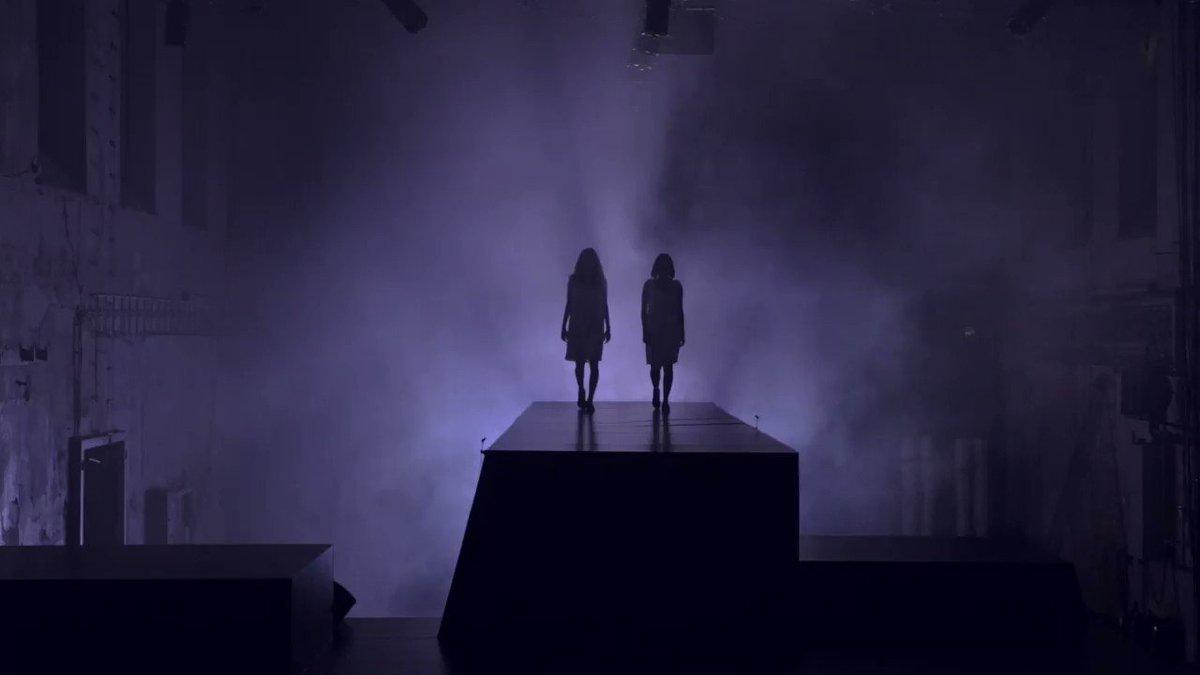 Už dnes večer se koná živý přenos koncertu k představení #Amerikánka. Tereza Ramba, Eliška Křenková a další zazpívají od 20 hodin písně nejen z této hry přímo z O2 areny. Výtěžek jde na organizaci Medici na ulici.  Link na přenos získáte na https://t.co/gyH9ZFWxSr. https://t.co/H7S1wZJeCD