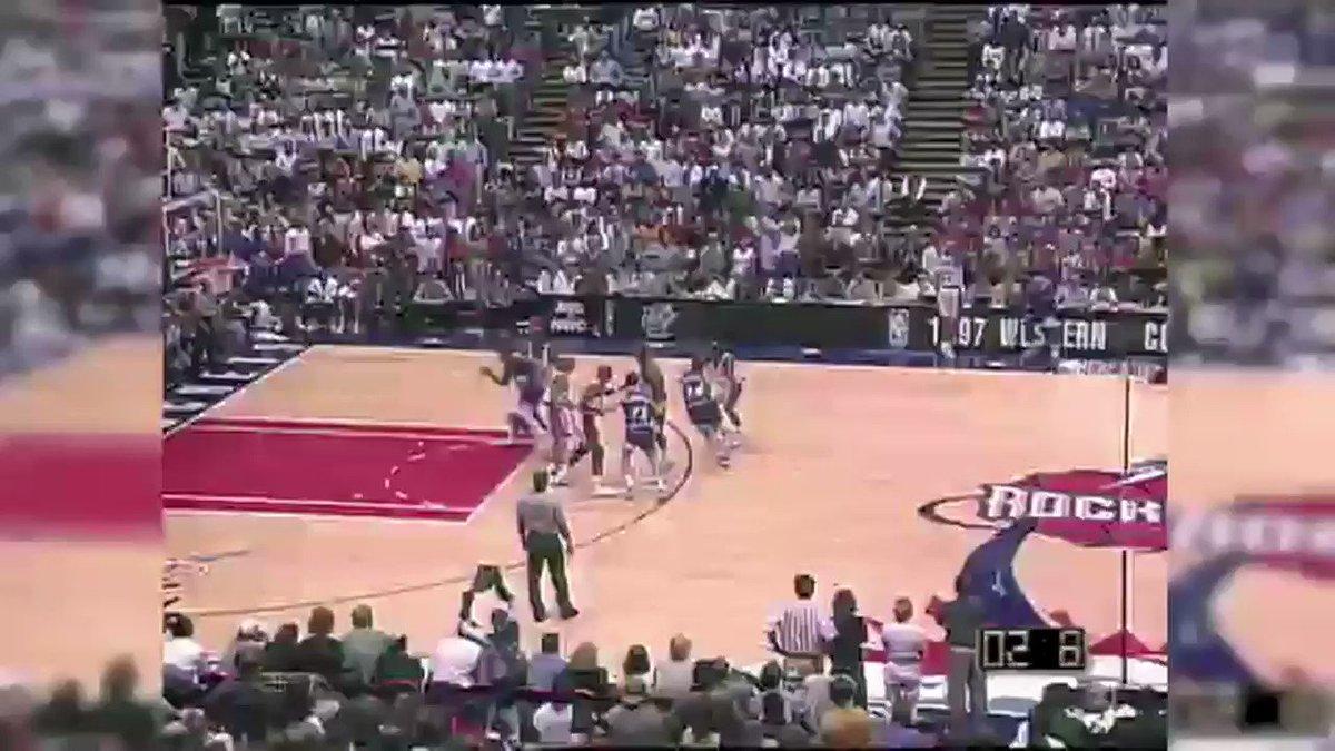 (1997) Gracias a este triple sobre la bocina de John Stockton, los Utah Jazz se metían por primera vez en su historia en unas Finales de la #NBA.  https://t.co/MtIdNVaKEp