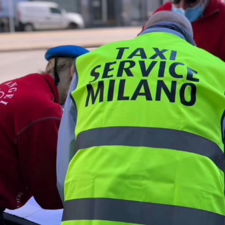 Today the taxi drivers of Milan of Taxi Service a voluntary association, after having delivered hundreds of basic necessities to the population together with the City Angels association, went to the Sacco hospital to thanks doctors, nurses..all the video➡