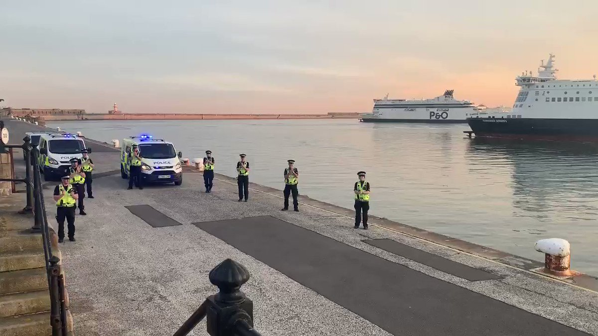 1 and 5 Section officers on the Eastern Arm this evening, clapping for our fantastic carers. RT #portofdover #portofdoverpolice #ClapForCarers #LoveOurNHS