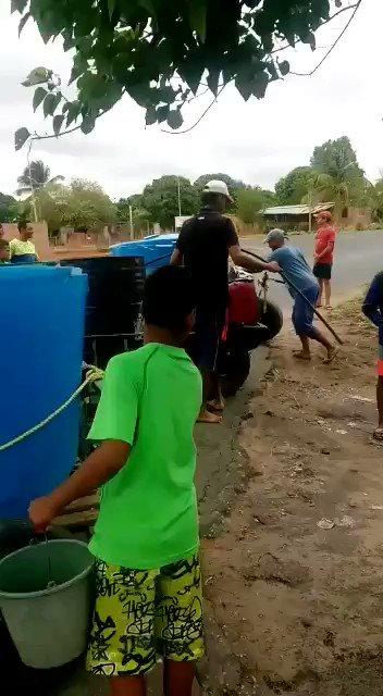 Cdad. Bolívar, muere de sed. El pueblo construye su propio transporte para llevar agua al barrio. https://t.co/TbNRE4IHCp