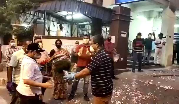 #CovidWarriors  Warm welcoming of OC Bowbazar ps ,Inspector Siddartha Chakraborthy by police personnel on his return from Hospital after covid-19 treatment...   Good to see his eagerness to work tirelessly again. #WeCareWeDare   @KolkataPolice @CPKolkata https://t.co/4LwYfdAR7k