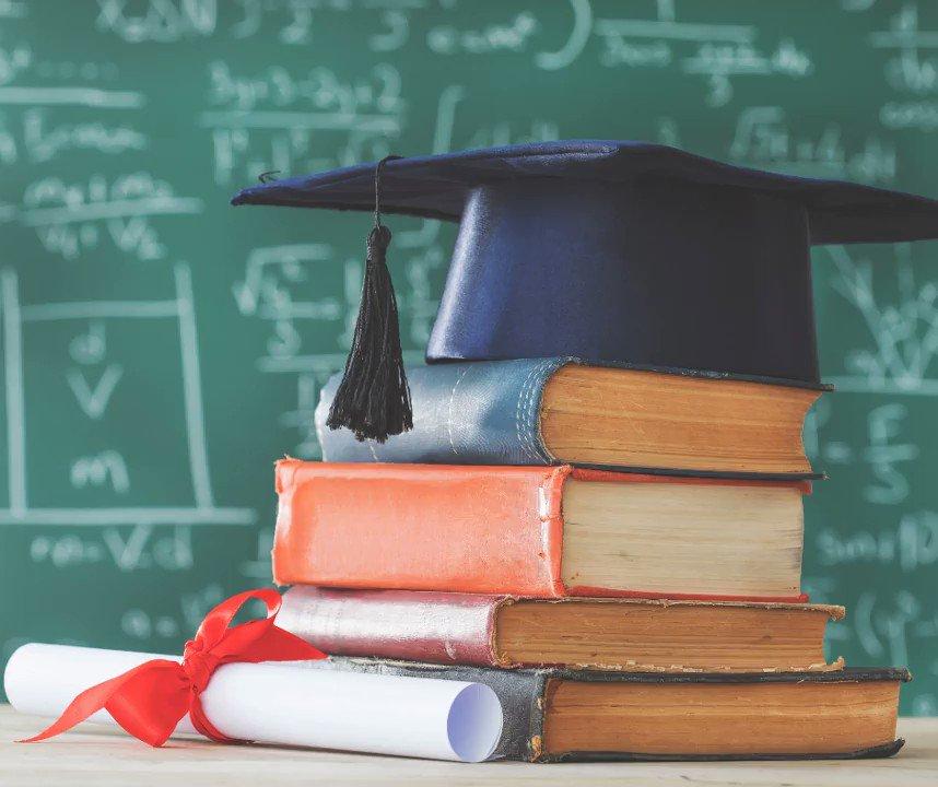 Image for the Tweet beginning: #Félicitations à tous les diplômés!