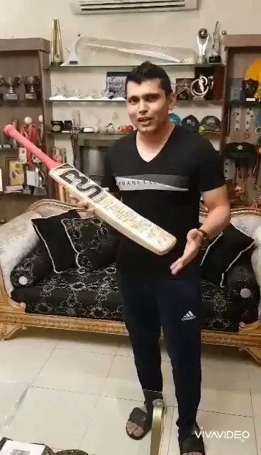 Really thankful to @KamiAkmal23 for his wonderful gesture and supporting #starsagainsthunger campaign by donating his very special signed bat in order to raise funds for the affected during @COVID19InPak .for more info go to sharerizq.com/en/stars-again…