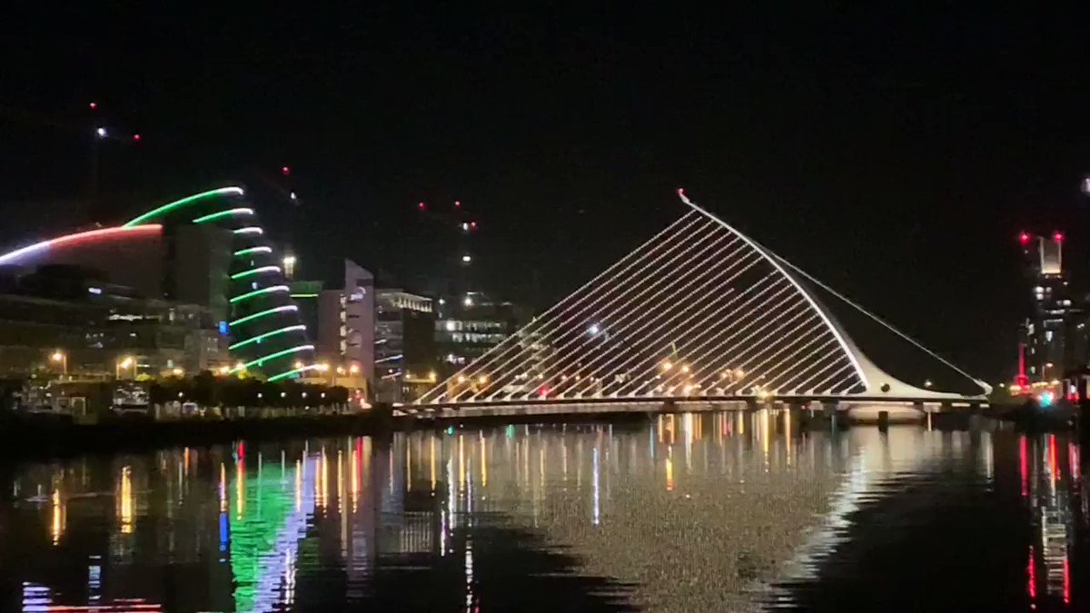 The Beckett Bridge looking fab this evening! A huge thank you to all frontline staff 👏 #HoldFirm 🌈 #stayhomestaysafe @HSELive @LordMayorDublin
