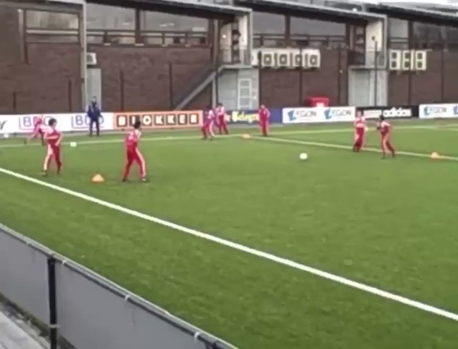 AFC Ajax U11 team - passing square drill    #Ajax #football #soccer #coach #trainingpic.twitter.com/jV2tQSagl1