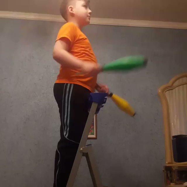 Картинка жонглер тарелками и лестница