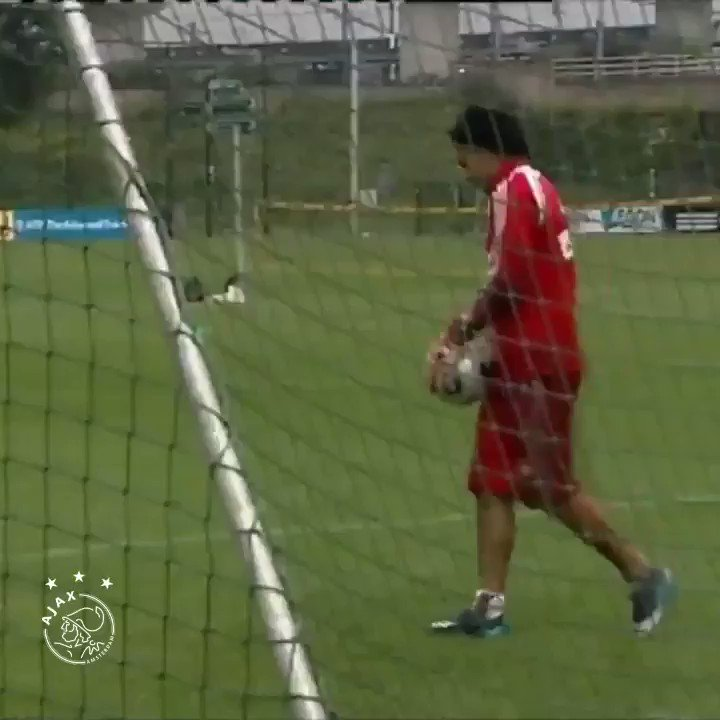 Remember the time as a goalie @KJ_Huntelaar & @LuisSuarez9? 😉  #FlashbackFriday https://t.co/tc5w1eRlDw