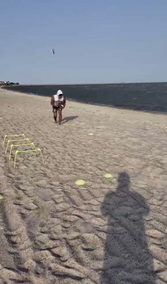 Grinding in the sand  #beach #football #work #speed #runningback #dbpic.twitter.com/ezeWswTlP2