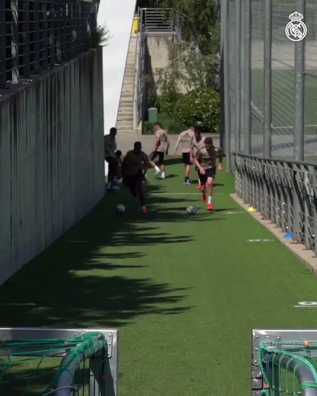 Real Madrid CF - uphill race with the ball     #RealMadrid #football #soccer #coach #trainingpic.twitter.com/g1VWYIC054