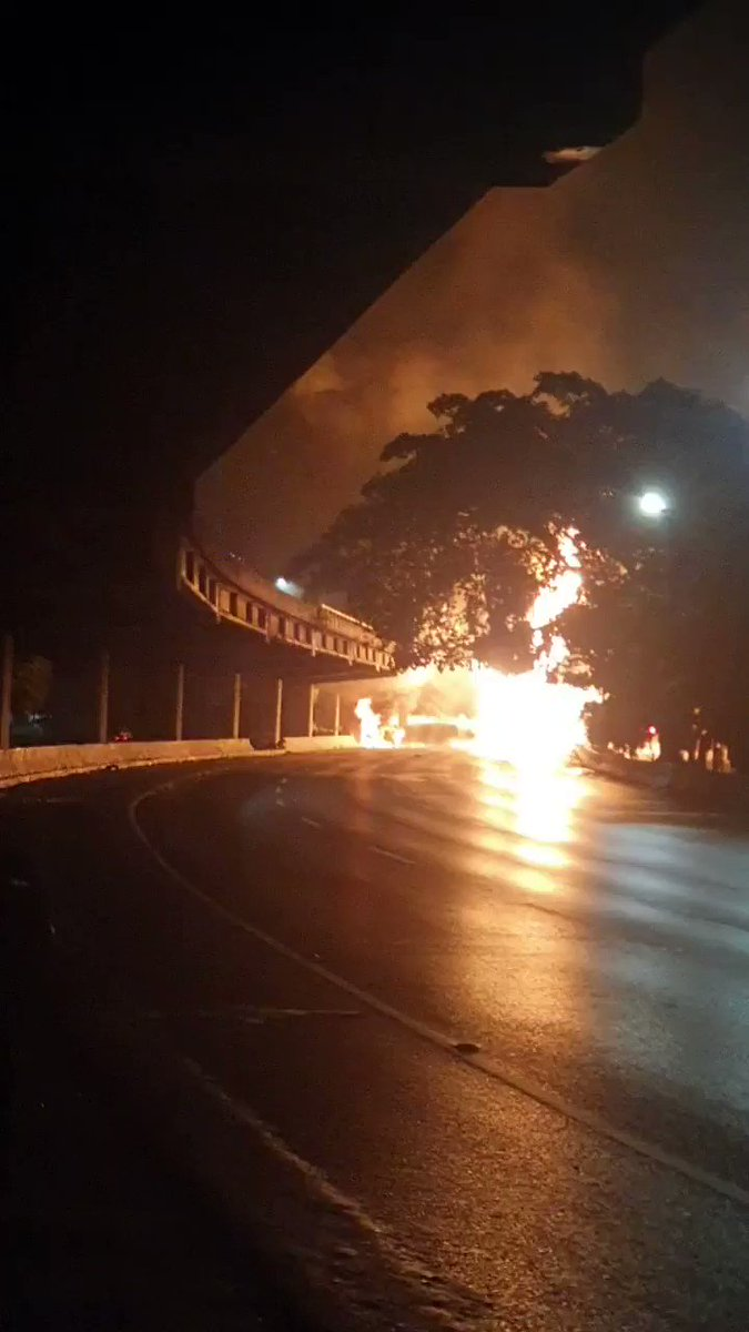 Close in footage of the gasoline tanker that has crashed and exploded in Caracas this morning  #Venezuela #Caracas pic.twitter.com/5JhcSComh0