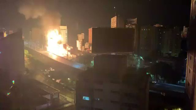 #BREAKING –  #Venezuela:  A fire broke out on a fuel transport gangway on the Francisco Fajardo highway, in the capital of #Caracas.   Rescue teams are on site.  pic.twitter.com/7K6ONCQZpS
