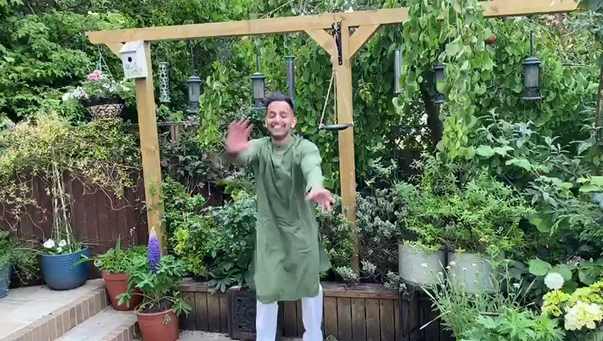 Morning!  It's EID TODAY!  And although it will be a socially distant one, there is no reason not to celebrate!  Wearing my traditional Asian clothing, having a little boogie and will then deliver little gifts to my family and friends!  #EidMubarak TO EVERYONE! #SundayMorning pic.twitter.com/4lTXUem1cS