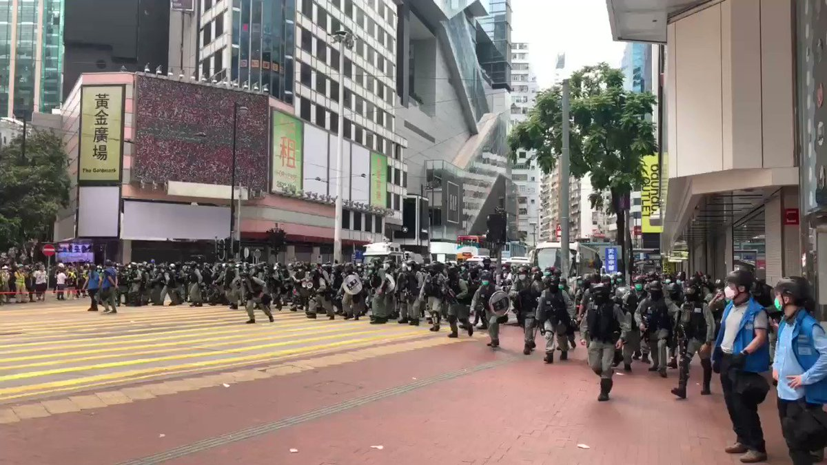 #jamespomfret #HONG_KONG Hundreds of riot police charge at protest lines outside Sogo. Some protesters arrested #HongKongProtests #HongKongpic.twitter.com/98h4VeHWCo