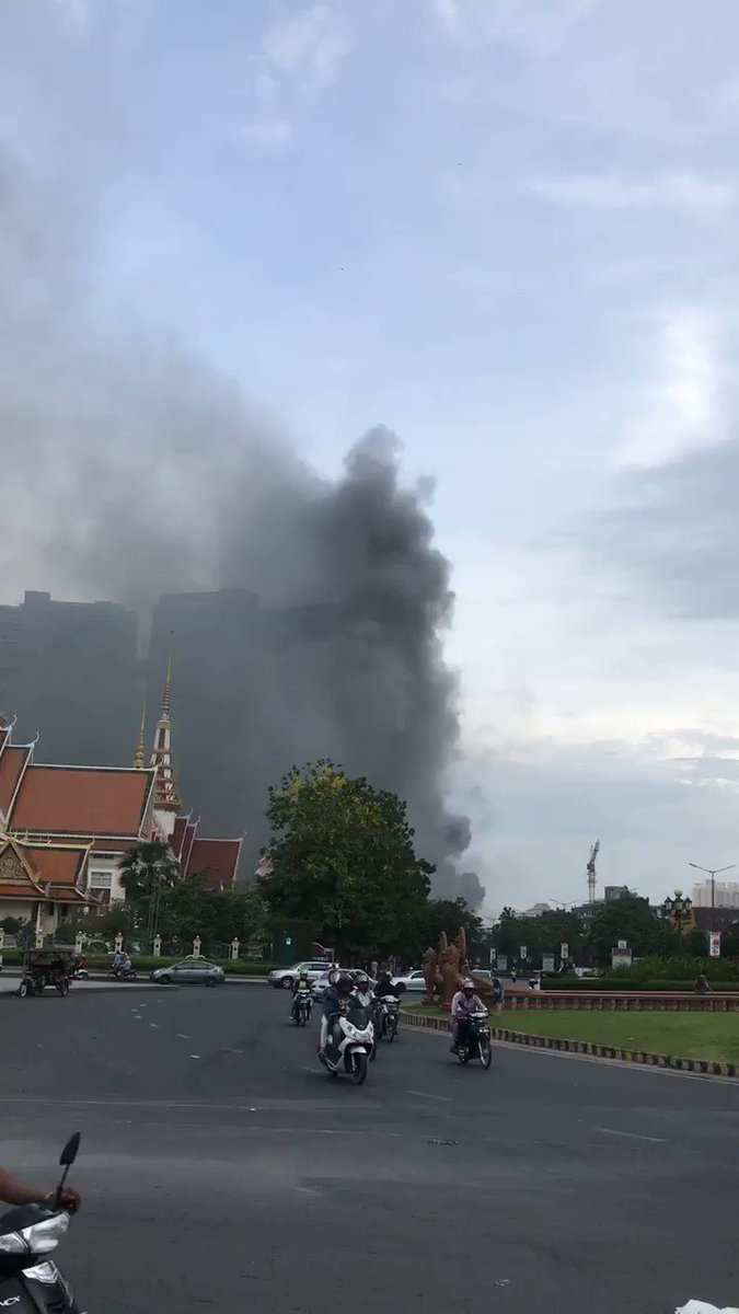 Big fire behind the Russian Embassy in #phnompenh pic.twitter.com/Ud8c3gRkyR