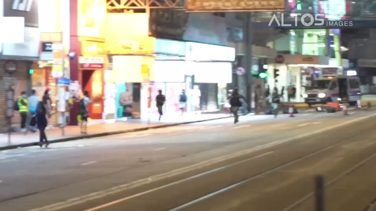 #LIVE: Riot Police chase and arrest a woman in Causeway Bay, as protesters today took to the streets in Protest of Beijing establishing a National Security Law in Hong Kong.   #HongKong #HongKongProtest #HKProtests #HKPolice #nationalsecuritylaw #hkprotestpic.twitter.com/1Wy7Phpdk0