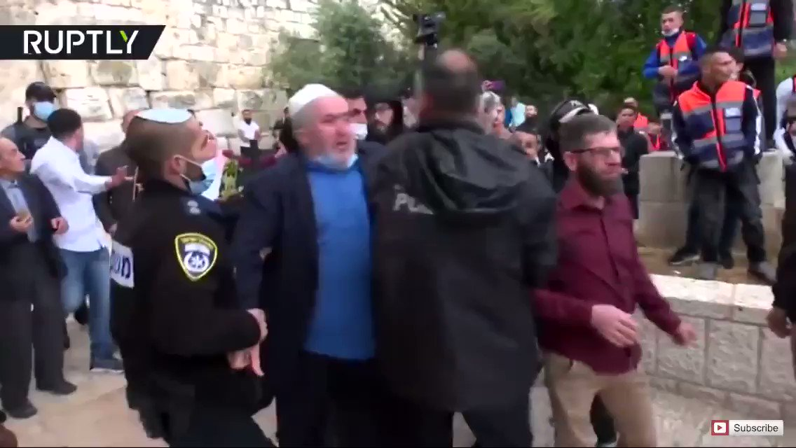 #Israel  just can't let #palestinian Muslims or Christians celebrate Hollidays in peace, During jewish holidays #palestinians are often put under a Curfew so jews can celebrate    Eid al-Fitr in Jerusalem   Several arrested during tensions outside Al-A-Aqsa Mosquepic.twitter.com/wZJNXbehrz