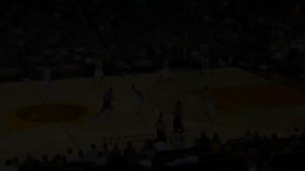 Si ritira a soli 31 anni Jon Leuer, dopo essere stato tormentato dagli infortuni nelle ultime tre annate. La sua giocata piú spettacolare risale ai tempi dei Suns, all'inizio della stagione che lo ha fatto notare in NBA: il poster in preseason su DeMarcus Cousins.  #NbaTipo https://t.co/GlypBuaVvx