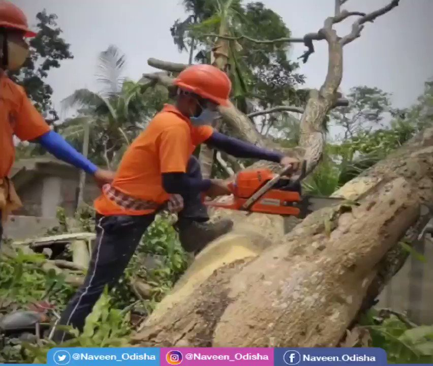 Heartening to see @odishafire & ODRAF teams relentlessly working in tandem with #WestBengal officials to restore road connectivity in the #CycloneAmphan ravaged areas. Appreciate their commitment during this unprecedented crisis. Odisha is proud of you.   #OdishaCares https://t.co/vfHShNF5P6