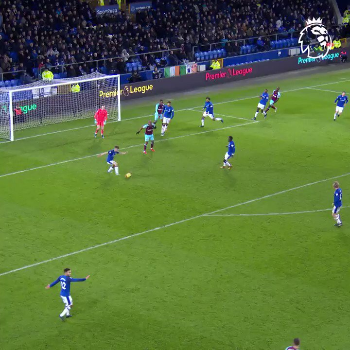 And @WayneRooney from the halfway line… 😲 #GoalOfTheDay @Everton