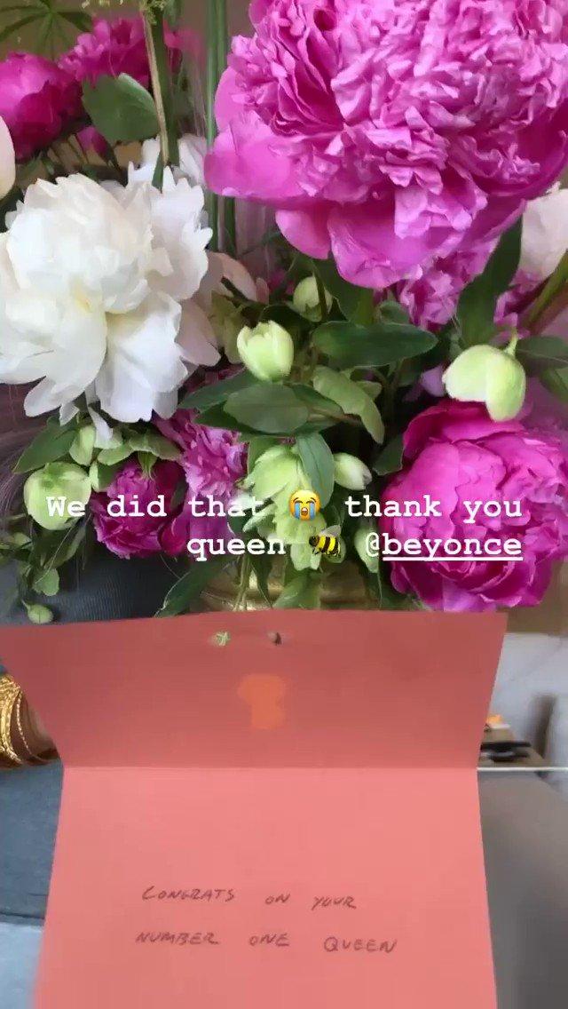 Beyoncé enviou flores para Megan @theestallion a parabenizando pelo seu primeiro #1 na Billboard Hot 100. ❤️🐝