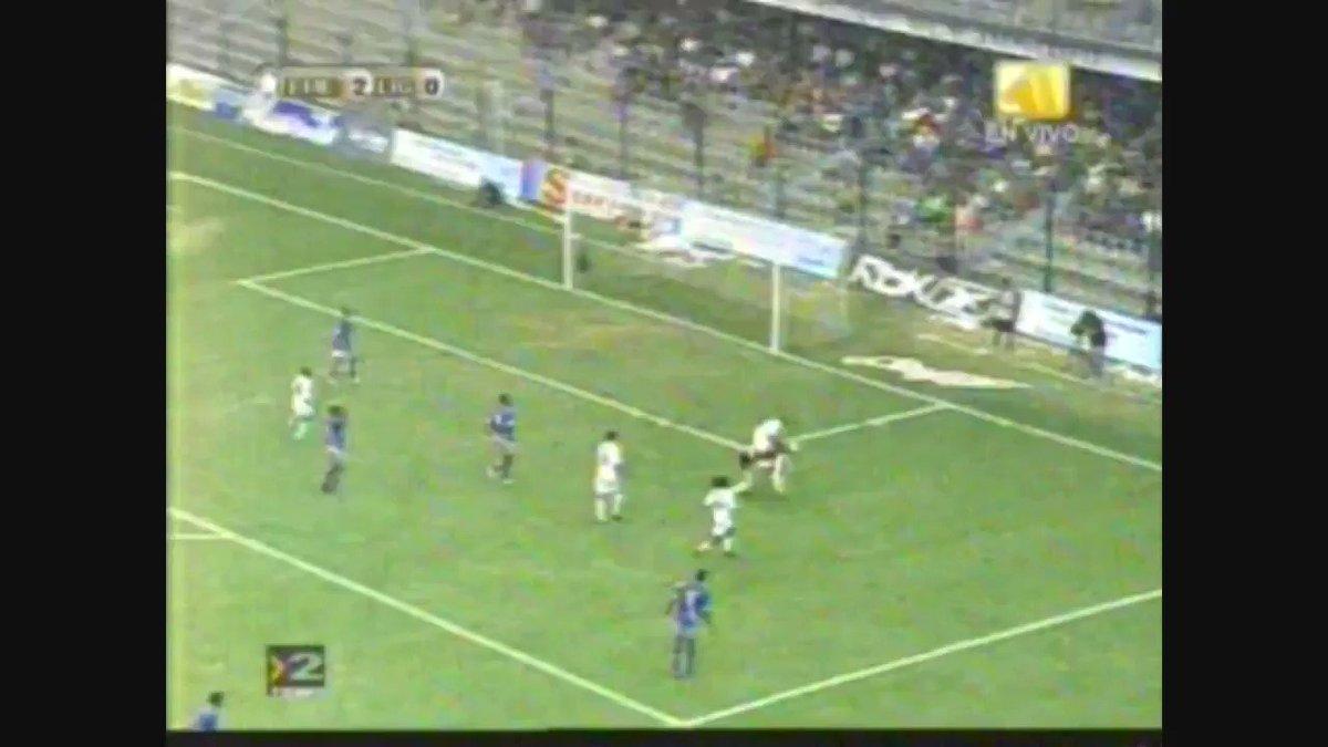 Franklin Salas – now firmly my second favourite Salas – spots a gap for LDU Quito against Emelec (2007)