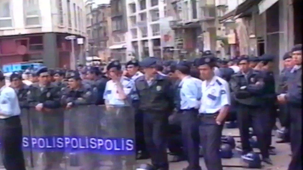 1997 olduğunu düşündüğüm bir Cumartesi eylemindeydik yine. O gün Galatasaray lisesi önünde Annelerle birlikte bizleri de yerlerde sürükleyerek gözaltına almışlardı. Arşivde kalmasın, bu anlamlı günde paylaşmış olayım. #CumartesiAnneleri25Yaşında #CumartesiAnneleri