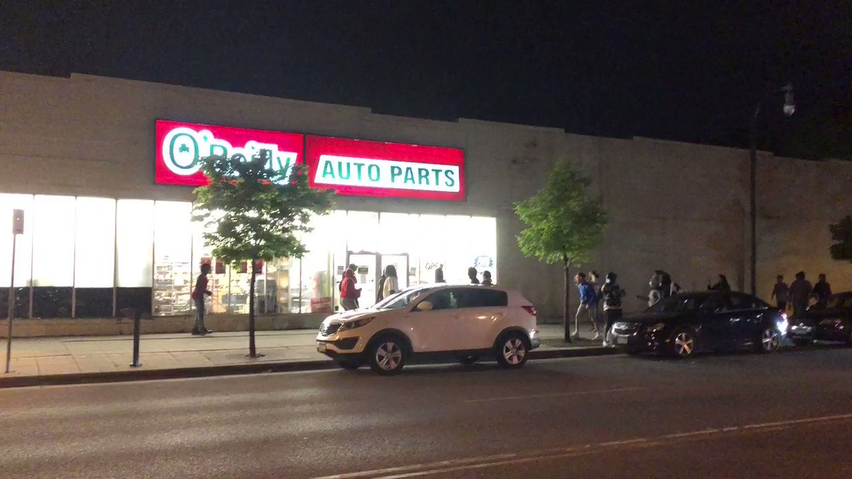 Rioters in Minneapolis now targeting another auto parts store. #BlackLivesMatter