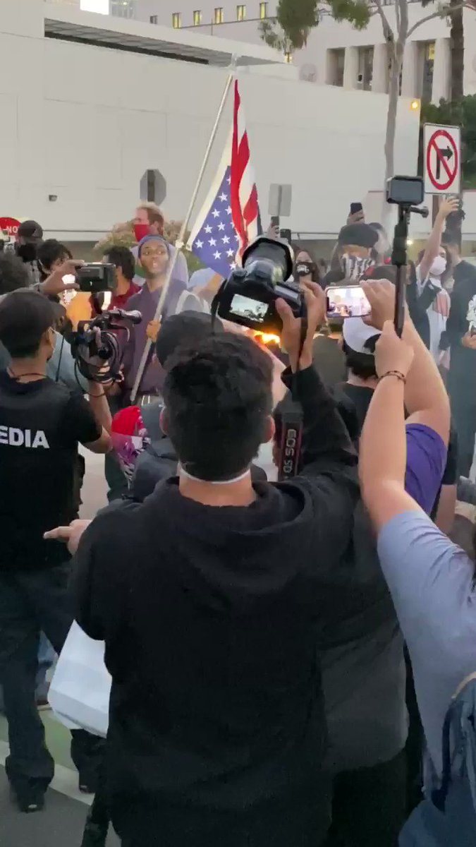 Protestors burning the American flag in Downtown LA #GeorgeFloyd @ABC7pic.twitter.com/x8qt4dcA3C – at Federal Building