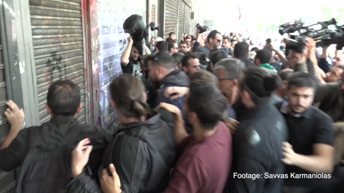 Workers in food/drink and tourism services protest outside the Ministry of Labor in Athens, police fires tear gas. #Greece pic.twitter.com/stx1eZL1Wa