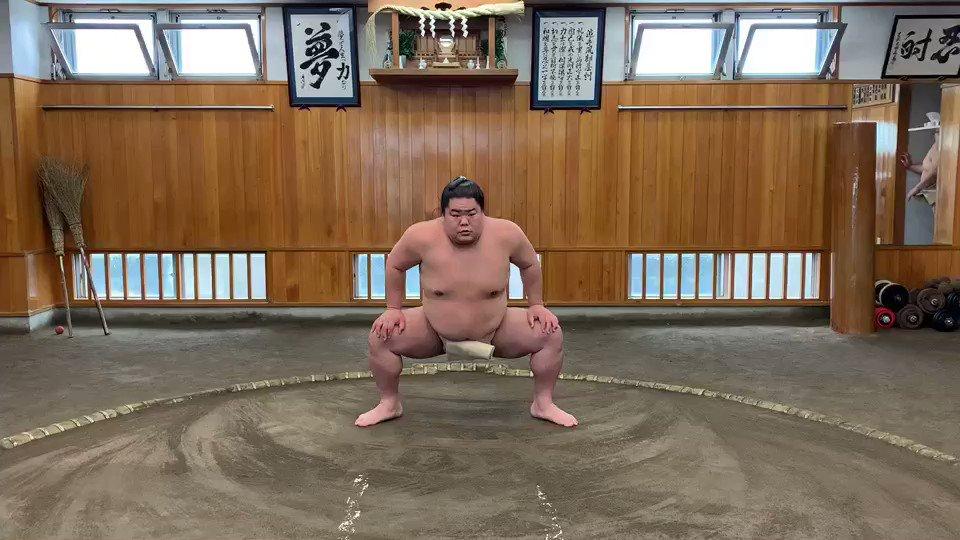 【四股】古来から、力士の四股は、邪悪なものを土の下に押し込む力があると言われてきました。大栄翔の四股。大栄翔は、本日16時00分~18時00分「大相撲ABEMA場所」にリモート出演予定→  #sumo #相撲