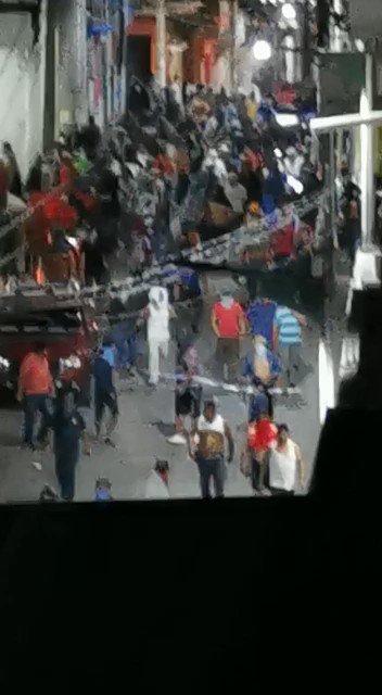 #Video | La madrugada de este jueves cientos de personas salieron a las calles en Venustiano Carranza, Chiapas, para protestar contra las autoridades a las que acusan de usar drones para rociar un químico para matar a la población pues no creen que el coronavirus. https://t.co/cS4DU024Wg