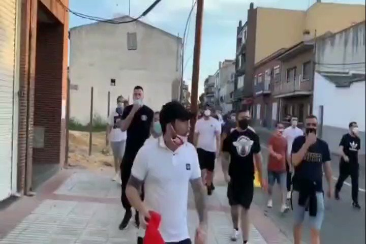Fascistas salen de cacería, escoltados por Policías, contra movimientos de izquierda en barrios obreros de Madrid. Madrileños han denunciado presunta complicidad de la Delegación de Gobierno, ante las protestas de ultraderecha con evidente amparo mediático, político y policial