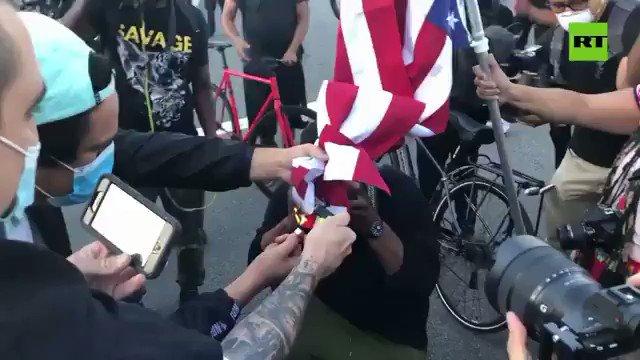 Queman la bandera de EE.UU. en una protesta en Los Ángeles por la muerte de un afroamericano durante un arresto, menos mal allá no hay Juvinaos que salgan a indignarse por quemar una bandera.