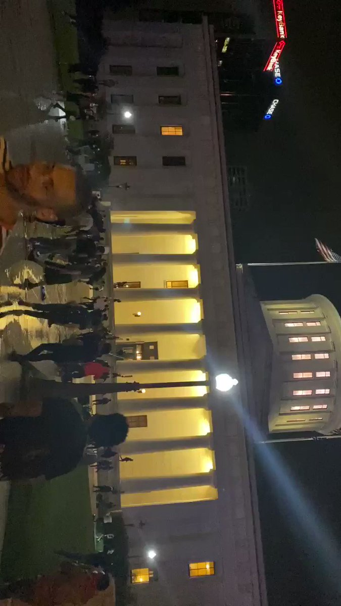 #BREAKING – From 1 hour ago: Protesters trying to storm the State house in downtown #Columbus, Ohio. pic.twitter.com/rNuLkqfdh7