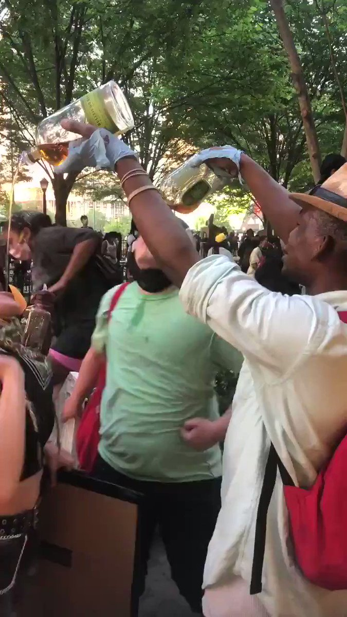 Whoever this protester is, you're doing absolutely amazing. Free shots. #Atlanta pic.twitter.com/SMjXS8SaOD
