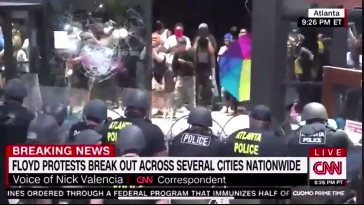 SOMEONE PUT THE KATY PERRY SONG OVER THE VIDEO OF PROTESTORS THROWING FIREWORKS IM CRIIIINNEEE https://t.co/CObaaXZKEx