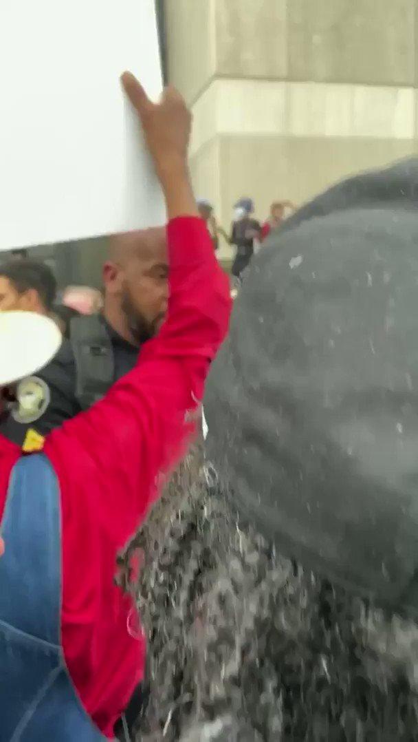 デモに参加する人々に「抗議する権利」について丁寧に話す黒人ポリス。人種差別の問題だけにこの騒動を抑えることができるのはこういった冷静な黒人ポリスかもしれない。#GeorgeFloyd