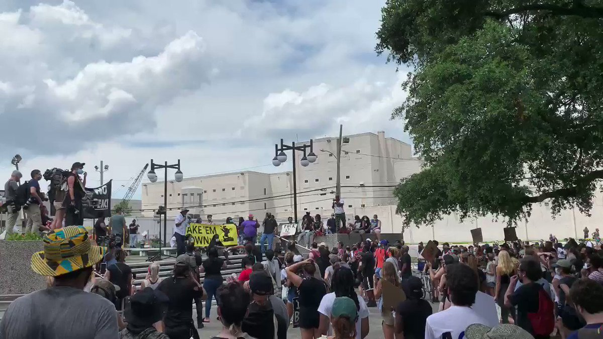 The protesters have gathered at NOPD Headquarters to listen to speakers #NewOrleans pic.twitter.com/WyY63cr8ZZ