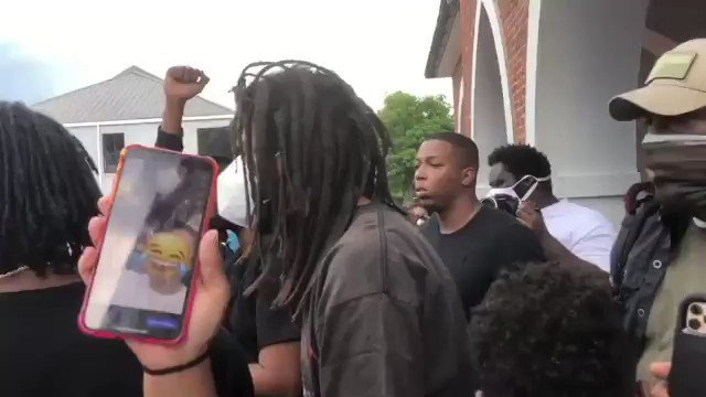 J.COLE IS A MAN OF THE PEOPLE #HIPHOP pic.twitter.com/LcAGt2yimv
