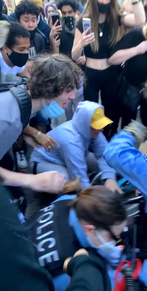🇺🇸FLASH - Tensions à #Chicago où des manifestants affrontent des #policiers. Une policière est traînée au sol, son collègue essaie tant bien que mal de la défendre. La colère ne retombe pas. #ChicagoProtests #GeorgeFloyd (via @kylekashuv) #JusticeForGeorge https://t.co/hZfratdpPJ
