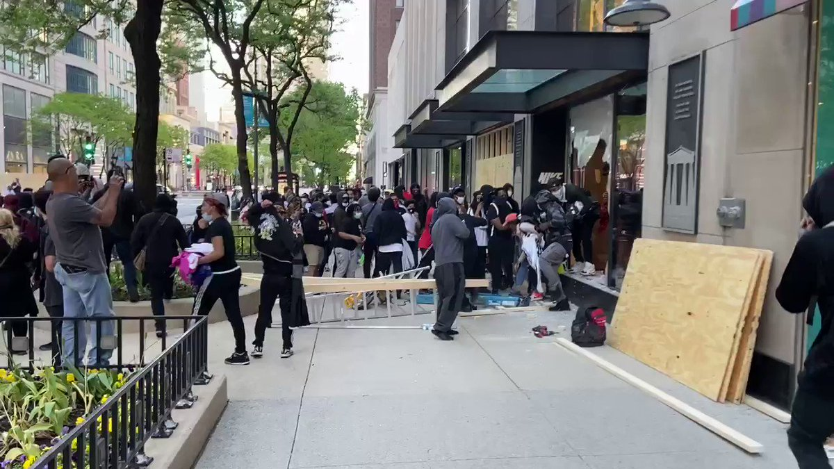 Ben Pope On Twitter Nike Store On Michigan Ave Smashed And Completely Looted