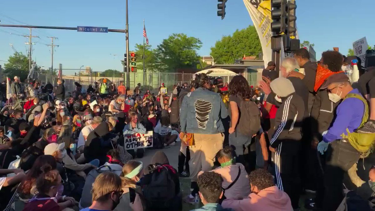 Protestors say a prayer as curfew falls outside the Minneapolis police fifth precinct #GeorgeFloydprotest #Minneapolis