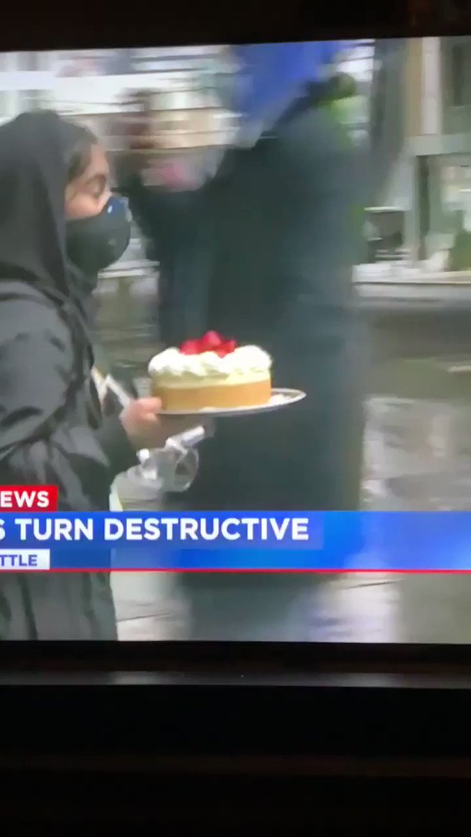Cheesecake Factory in Downtown Seattle was looted and @KIRO7Seattle  caught someone walking away with an entire cheesecake https://t.co/lvzbdgNJcX