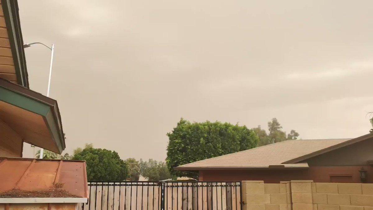 Ummmm... What month is it? #haboob #mesa #azwxpic.twitter.com/bMTQA8xbjR