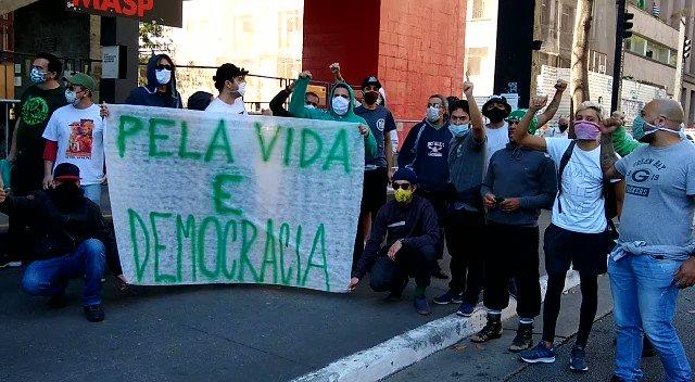 A maioria dos manifestantes usaram máscaras, mas há alguns sem proteção, numa aglomeração de pessoas que também contraria orientações de autoridades sanitárias para manter distanciamento social como medida de contenção ao avanço do novo coronavírus.