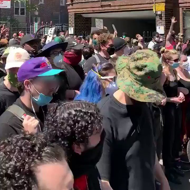 #NewYork Se forman líneas de manifestantes blancos para proteger a los manifestantes negros de la violencia policial de este país. ✊🏿 #BlackLivesMatter #GeorgeFloydMurder