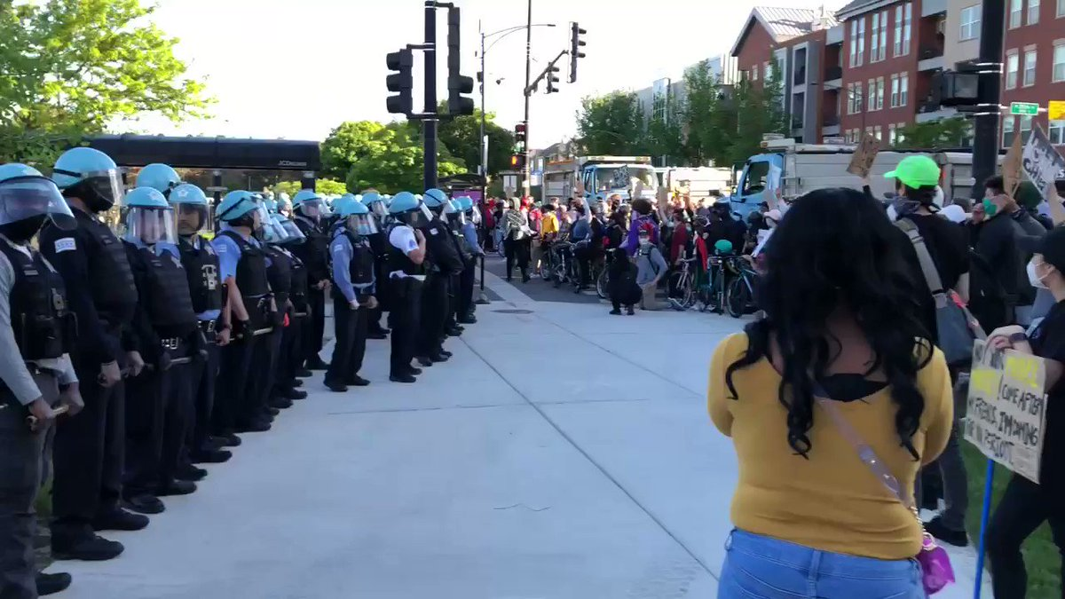 A walk down the line to show the crowd and dynamic at 35th and State @wttw #news #ChicagoProtestspic.twitter.com/wVpYJFBOWx