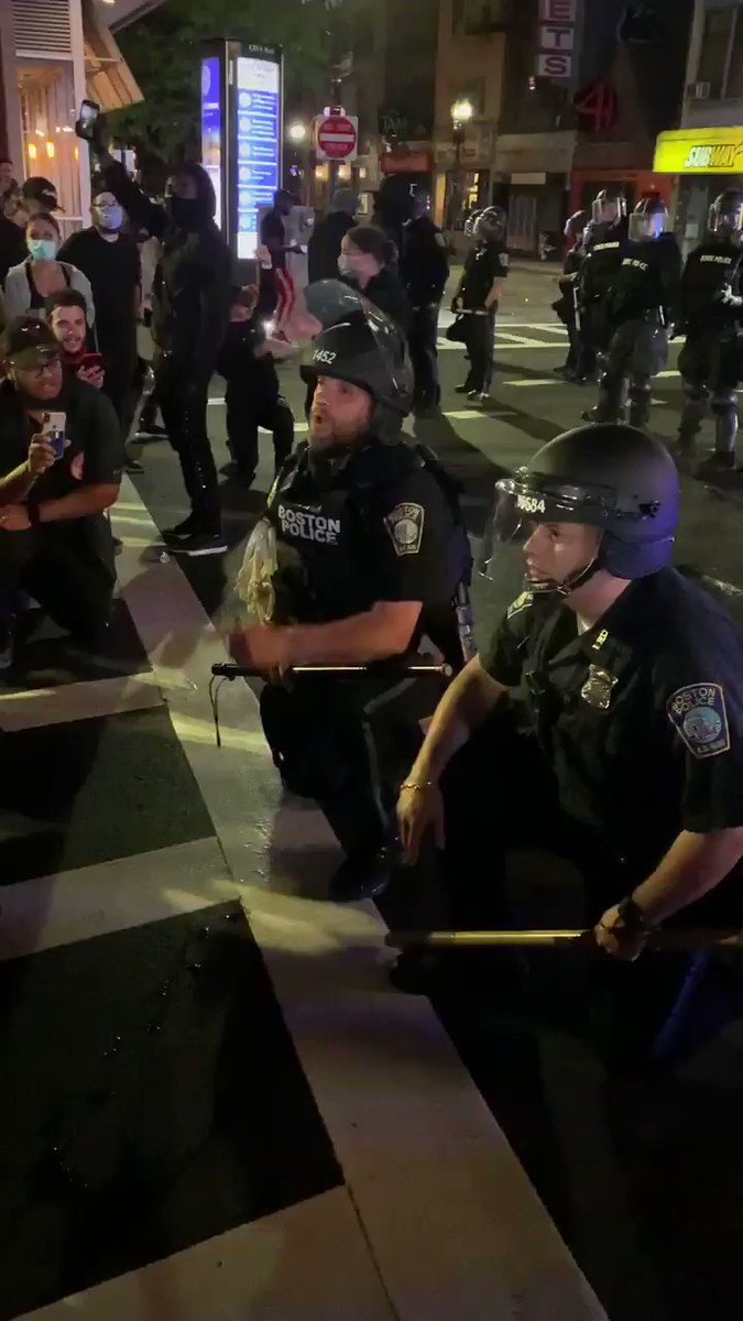 WATCH: Two BPD offices take a knee infront of protestors, engaging in a peaceful dialogue about the chaos. After the convo, they shook hands with everyone. State police maintained formation continue to tell protestors to leave #BostonProtests #protests2020 https://t.co/6ORWvI039C
