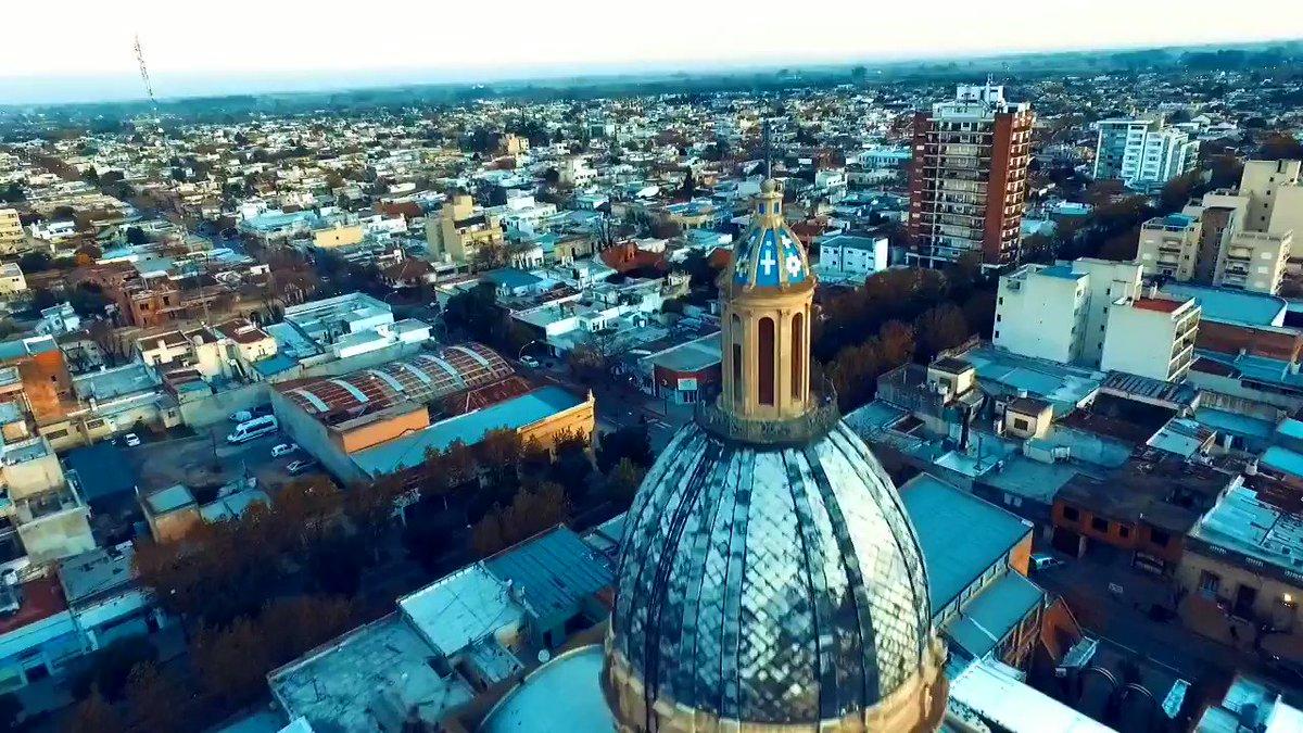 Sobrevolando la Parroquia San Pedro. Templo Ntra. señora del Rosario y contando su rica historia. #Chivilcoy #voláconnosotrospic.twitter.com/ksjziS2fih
